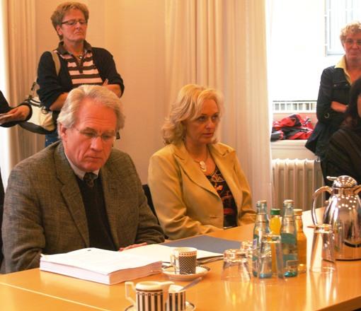 Staatssekretär LAnge mit den Kopien der Unterschriften